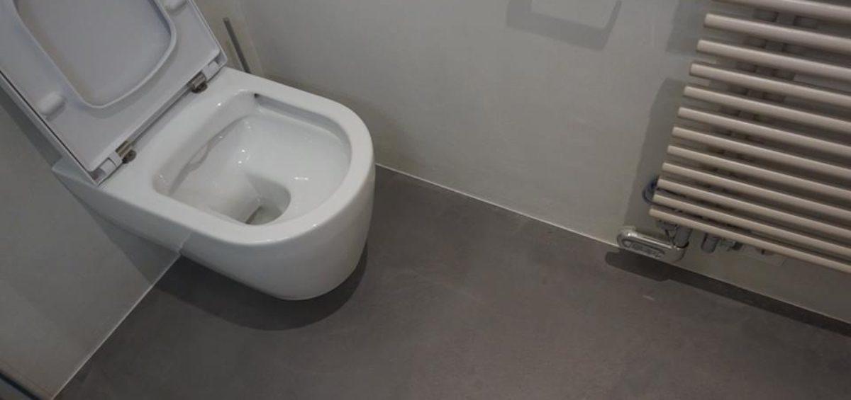 Bagno in calce e pavimento in resina cemento naturale - MiròItaly
